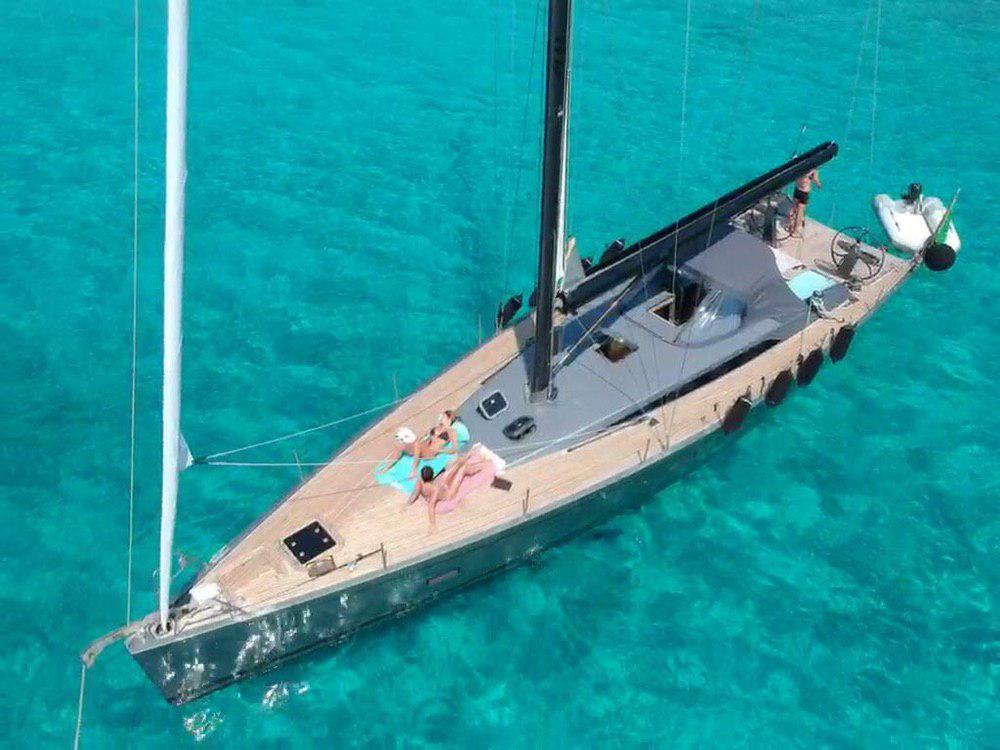 Foto di barca a vela per esperienza di tour enogastronomico personalizzato
